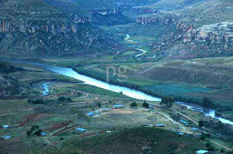 Malealea Rivers Makhaleng and Ribaneng.jpg (44151 bytes)
