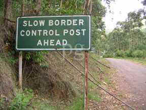 Slow Border sign.jpg (11296 bytes)