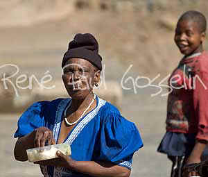 Lesotho Images Lady on lunch (54739 bytes)